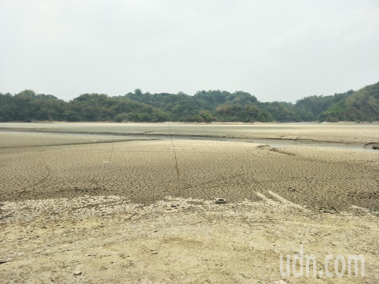旱象嚴重,烏山頭水庫上游「夢之湖」美麗湖泊乾涸土塊龜裂。記者謝進盛/攝影