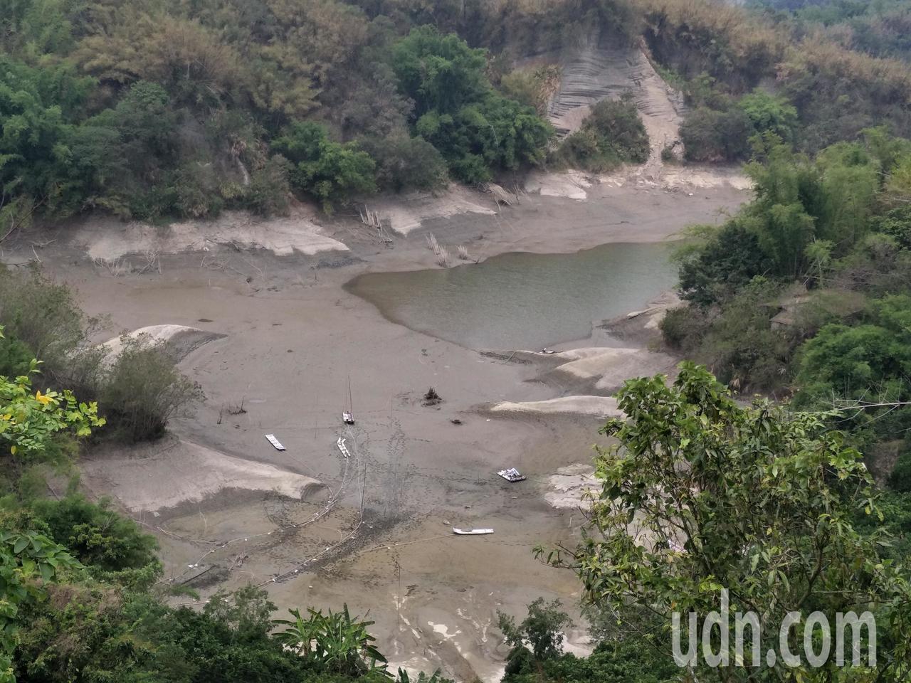 從高處鳥瞰,烏山頭上游集水區逐漸見底。記者謝進盛/攝影