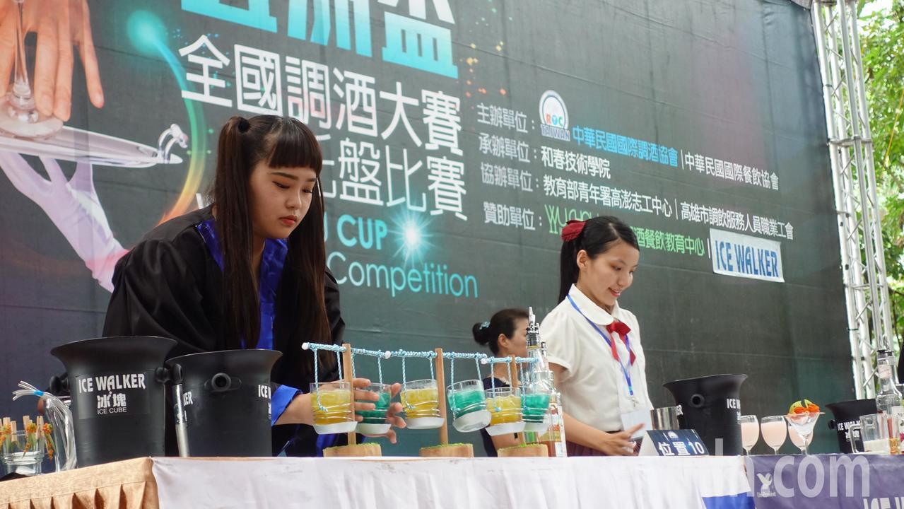 選手林芳如(左)特別自製法官袍,她說,要表現的天秤座,象徵公平、正義。記者劉星君...