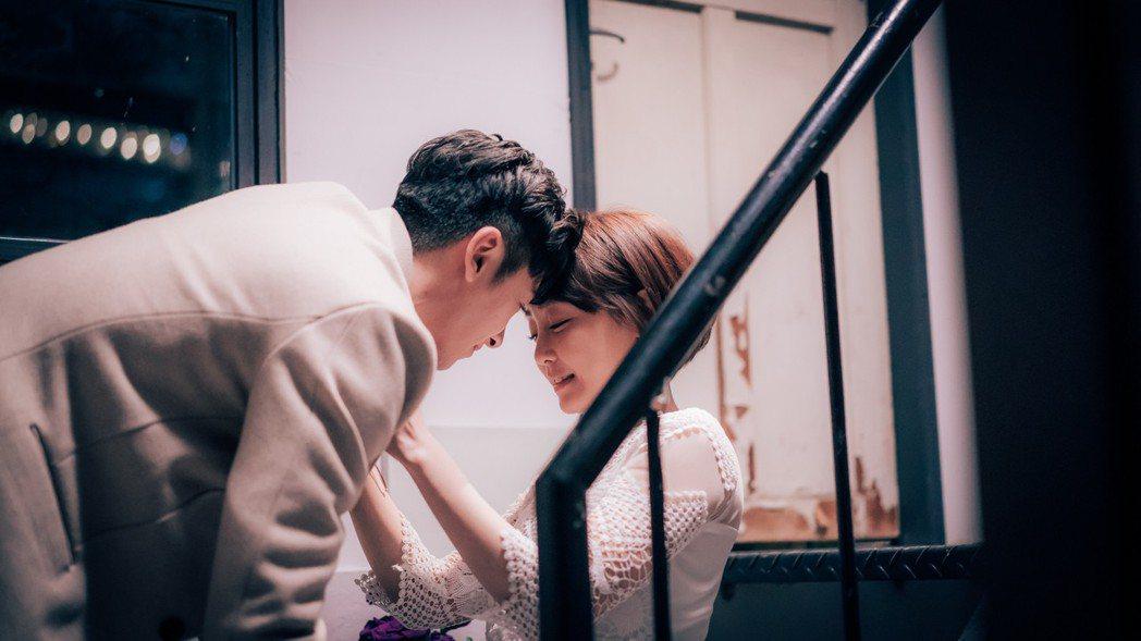 李國毅(左)與謝欣穎上演浪漫吻戲。圖/歐銻銻娛樂提供