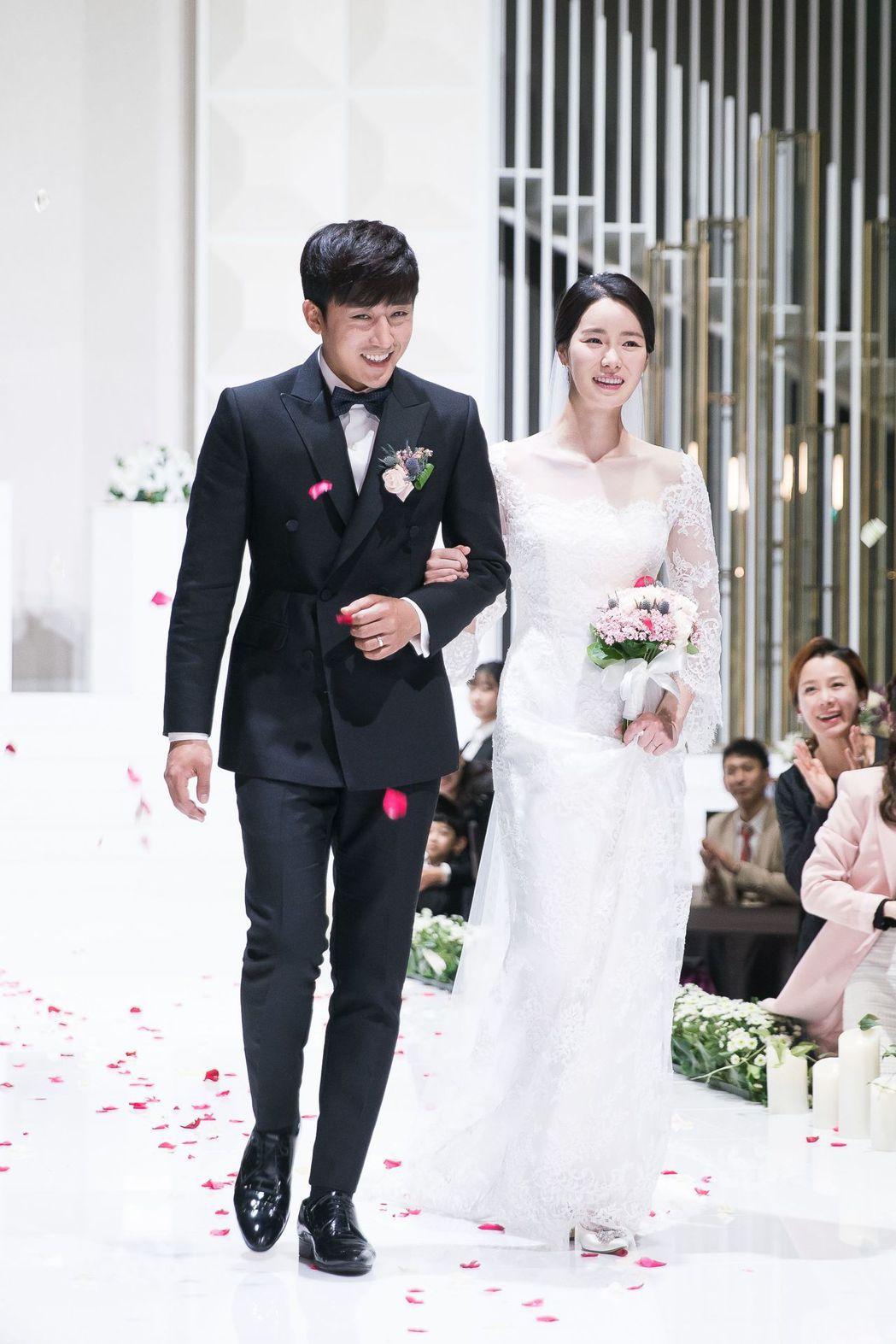 林智妍在「吹吧微風」披上白紗美翻。圖/中天提供