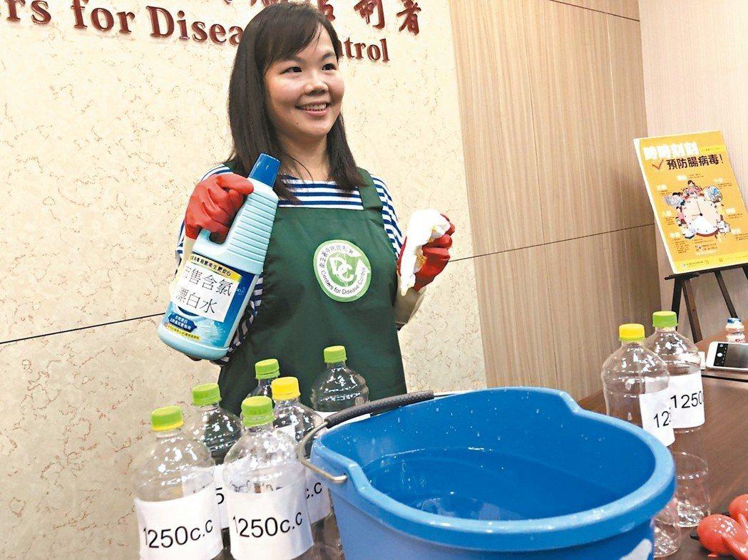 家事達人吳霈蓁教導民眾如何居家消毒,對抗腸病毒。 記者劉嘉韻/攝影