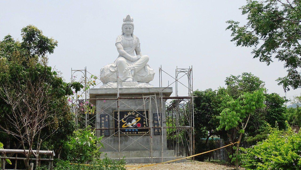 員林市員南路一處荔枝園旁的觀世音菩薩石雕,坐山望海。 記者何烱榮/攝影
