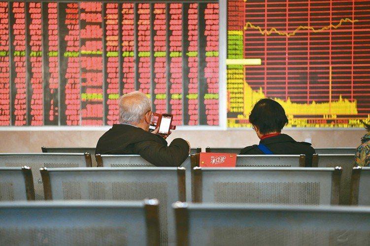 入摩效應、貿易戰停火等利多帶動,中國股市表現強勁。 本報系資料庫