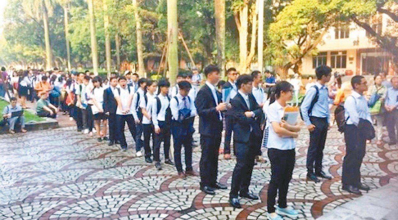大批台灣高中生持學測成績赴廣州中山大學參加面試的排隊盛況。 取自環球網