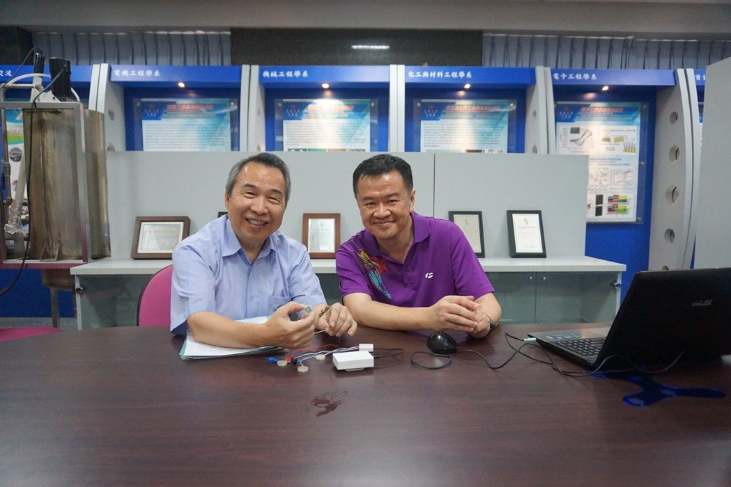 所長李明義(左)與助理教授林文彥共同說明系統的特色與產品雛型的示範。 楊連基/攝...