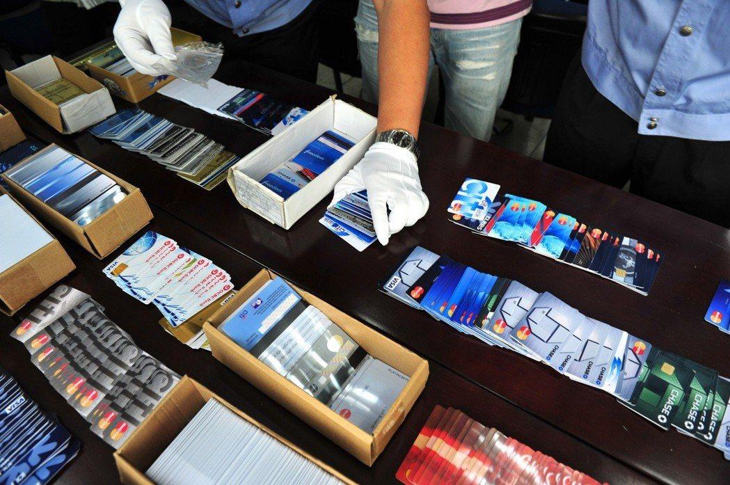 有詐騙集團以電話語音通知民眾,佯稱其信用卡遭盜刷,由地檢署檢察官承辦,騙取保證金...
