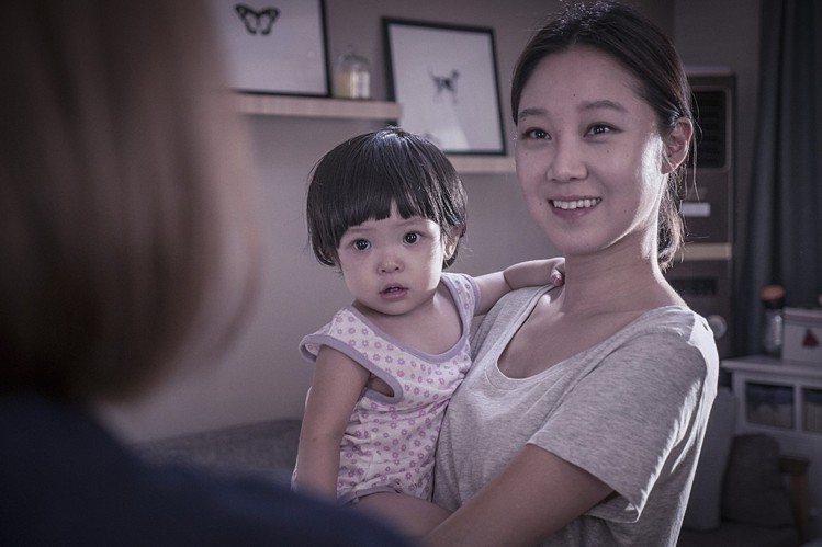 電影《消失的女人》孔曉振時而像天使般微笑著,一下又面無表情、目光冰冷。圖/華聯國...