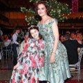 蘇蕊美穿洋裝、戴花皇冠 媽媽凱蒂荷姆斯變成陪襯綠葉
