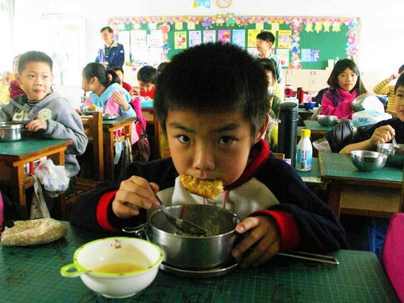 雲林縣偏鄉學校除面臨學生招生數少,更有營養午餐招標困難、廚工留不住等問題。圖/報...
