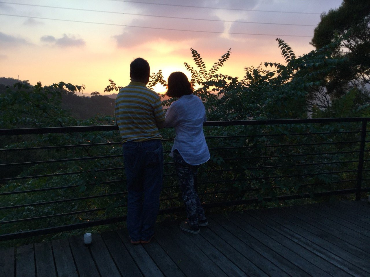 莊園外的大片觀景平台,最適合欣賞落日美景。有行旅提供