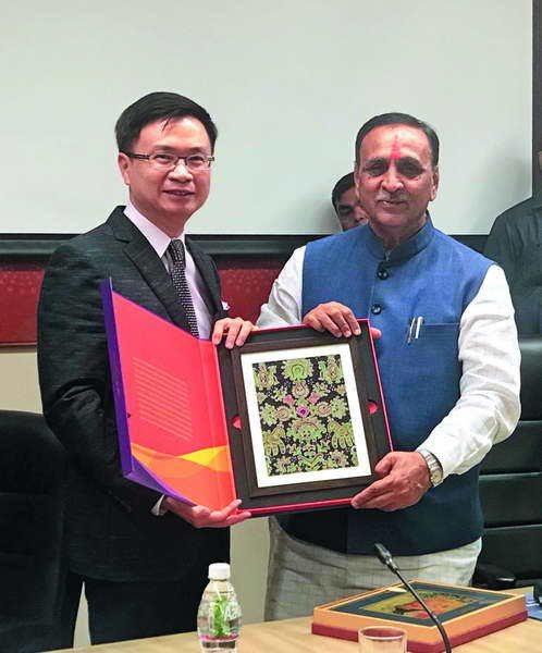 黃志芳(左)拜會印度古吉拉特邦州長魯帕尼(右),古邦被譽為印度廣東。 貿協提供