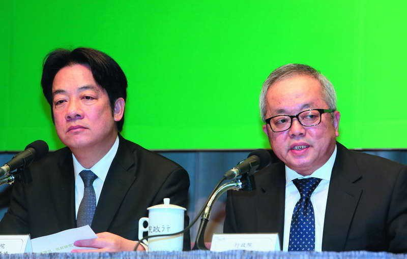 施俊吉(右)拿出好看的薪資數據,希望讓賴清德(左)臉上有光,卻與多數民眾認知有差...