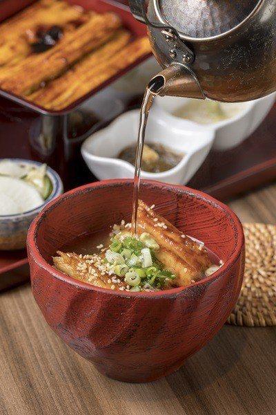 淋上由海鰻骨頭熬煮的穴子湯做成茶泡飯,別有一番風味。