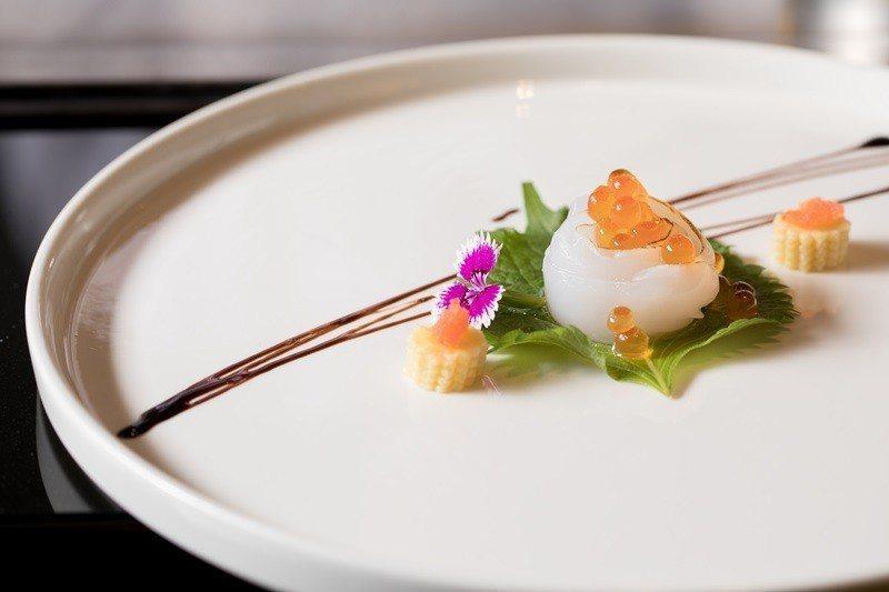 前菜鮭魚卵加軟絲,清爽開胃。