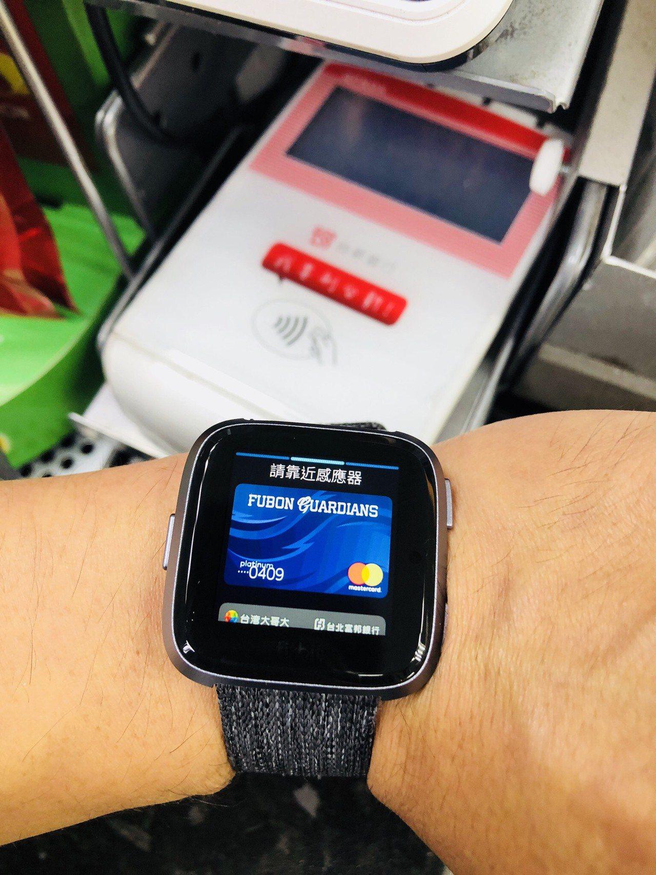 包括北富銀等銀行,與Fitbit合作推出Fitbit Pay,透過手錶這種穿戴式...