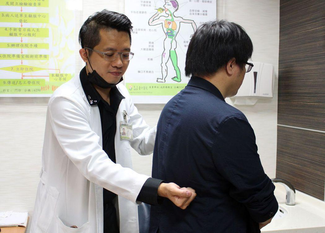 醫師孫宏舜(左)說明,王姓教授腰部疼痛位置(此為示意圖,非當事人)。圖/衛福部台...