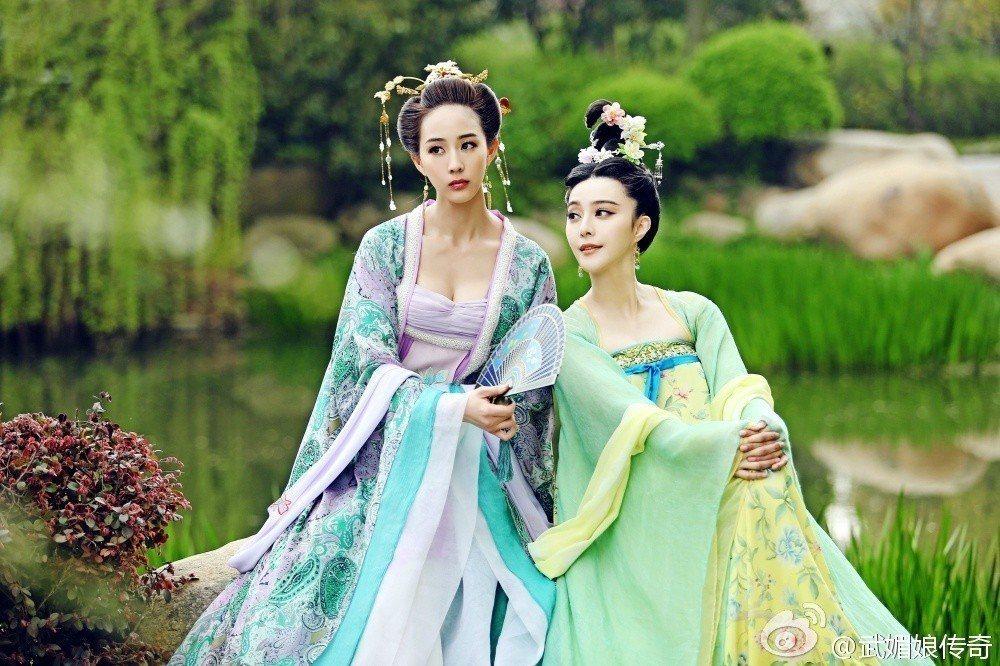張鈞甯(左)演出「武媚娘傳奇」後,在大陸戲劇圈中知名度大開。圖/摘自微博