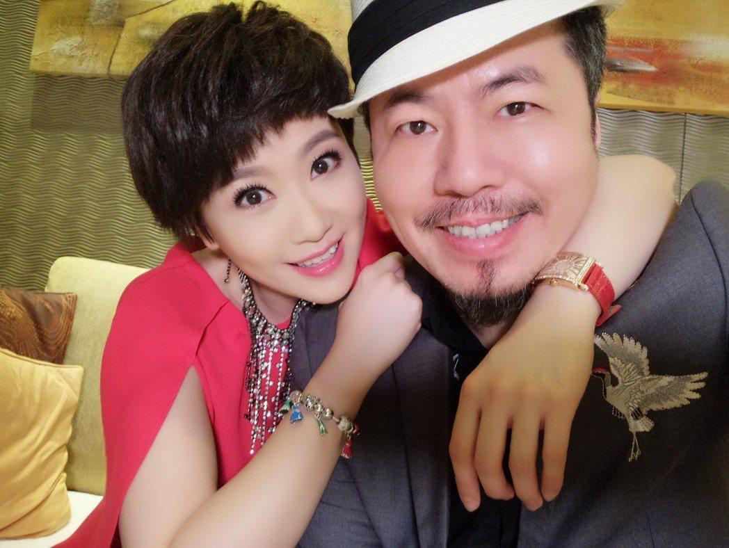 寇乃馨(左)過生日,黃國倫送75萬名表寵妻。圖/寇乃馨提供