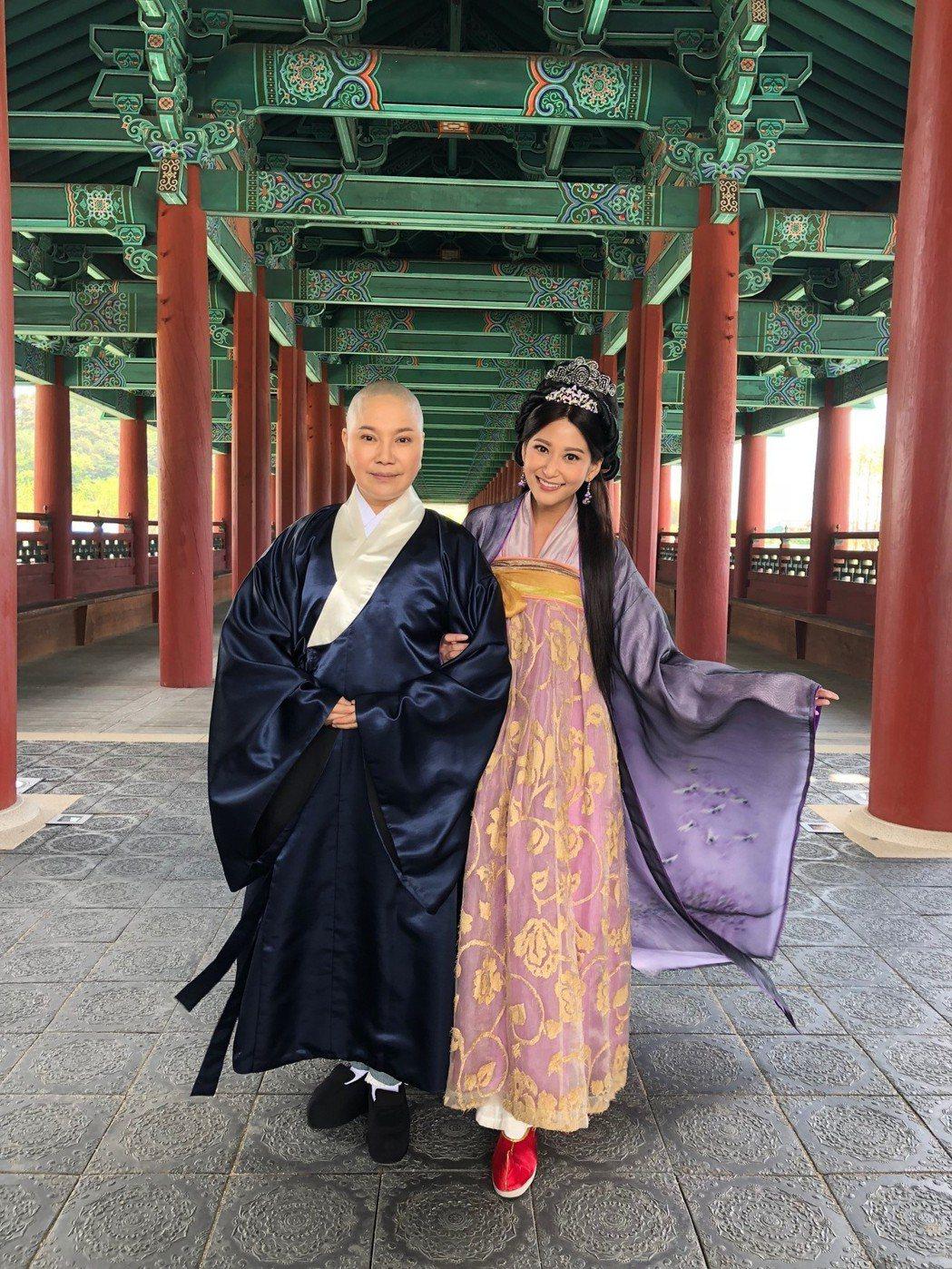 唐美雲(左)與樓心潼到韓國出外景。圖/民視提供