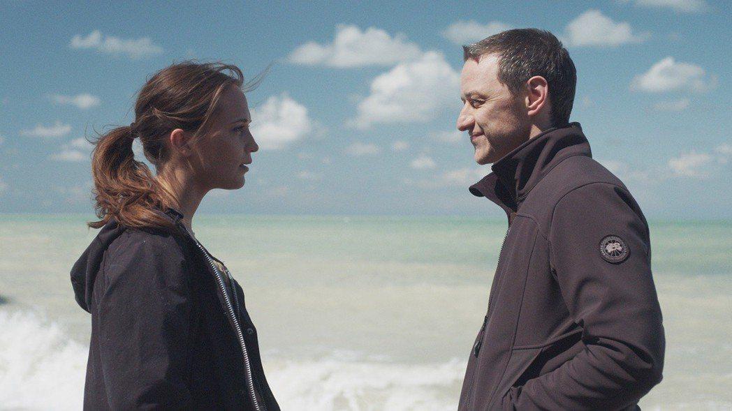 詹姆斯麥艾維與艾莉西亞薇坎德在「當愛未成往事」有動人對手戲。圖/威視提供