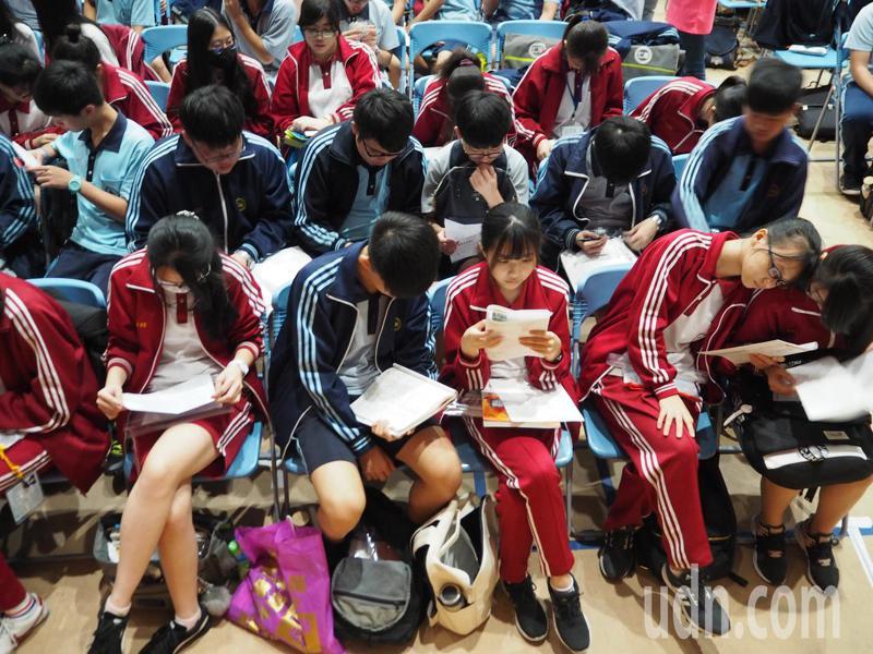 台灣高中畢業生今年到大陸求學人數暴增,台中惠文高中教師蔡淇華說,「學生將升學的選擇放到全世界,有時學校跟政府很難左右,我們可以主動應戰,也像世界招生,迎向這個潮流。」記者喻文玟/攝影