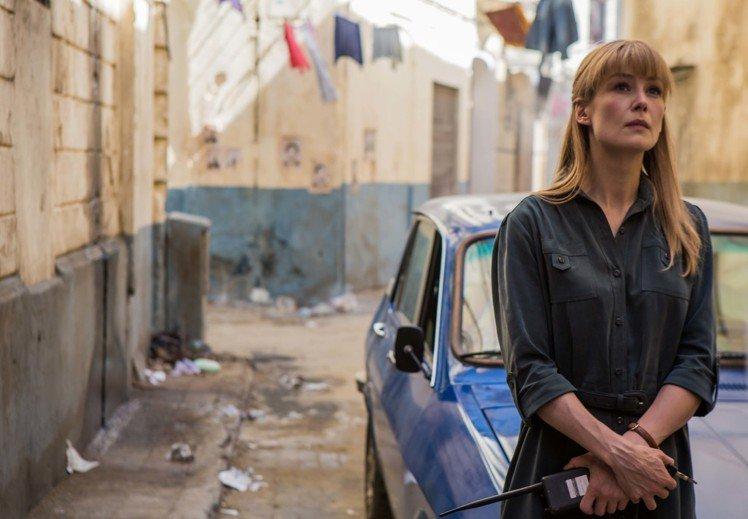 羅莎蒙派克在燒腦新片「高壓行動」扮神祕的中情局女探員。圖/華映提供