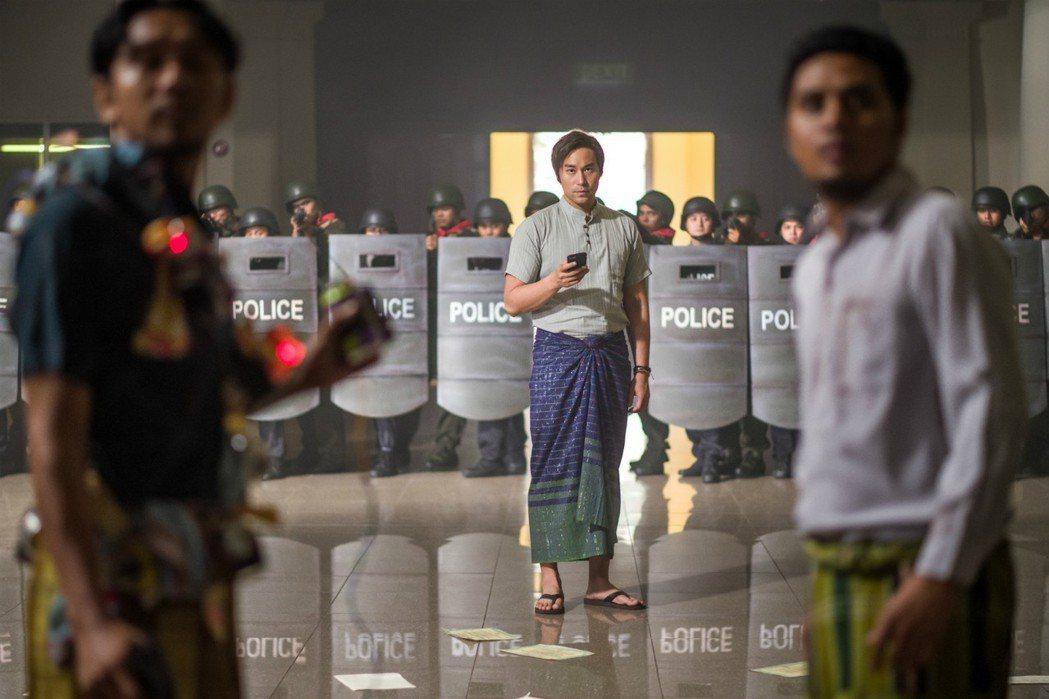 張孝全一場戲身穿緬甸服大秀緬甸話圖/衛視電影台提供