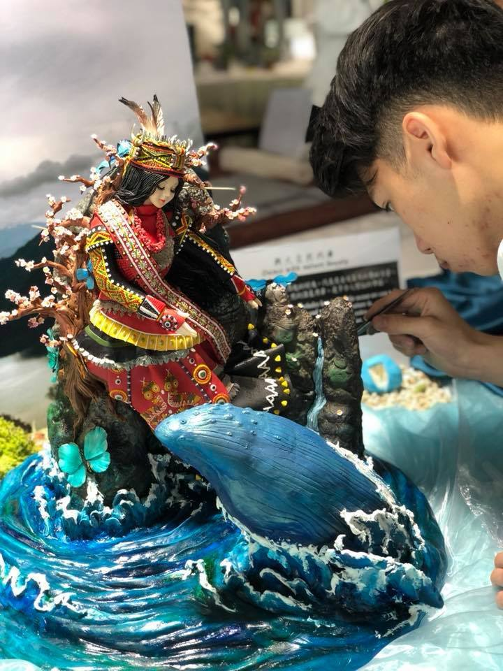 學生王奕鈞參與FHA,作品「與大自然共舞」呈現與鯨魚、蝴蝶共舞的台灣原住民部落公...