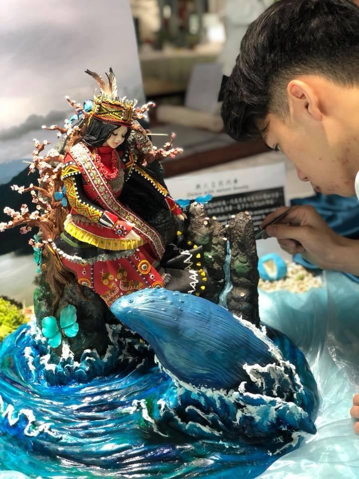 學生王奕鈞參與FHA,作品「與大自然共舞」呈現與鯨魚、蝴蝶共舞的台灣原住民部落公主翻糖蛋糕,一舉奪銀。圖/明道中學提供