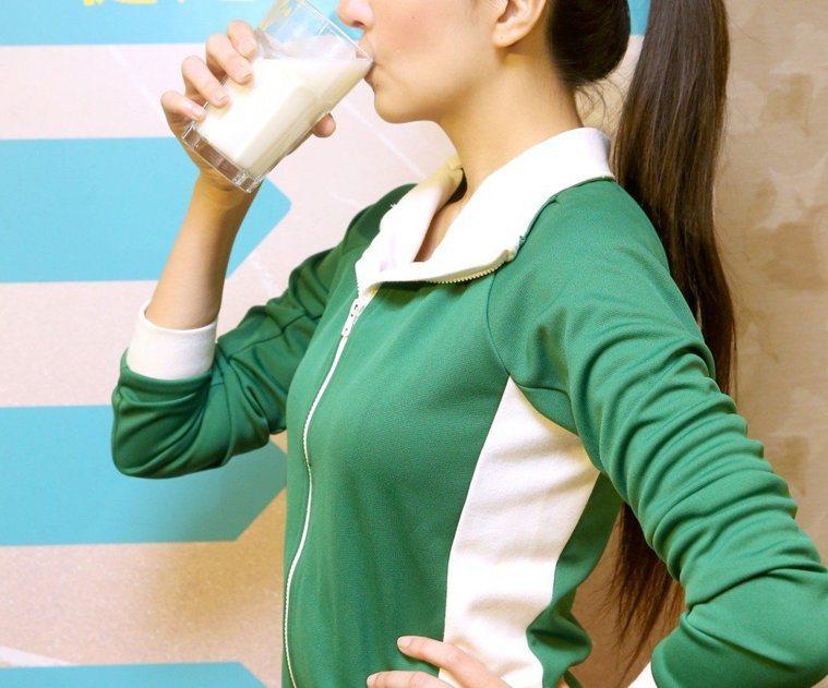 光喝牛奶無法預防骨質疏鬆,專家建議3箭齊發。圖/本報資料照片