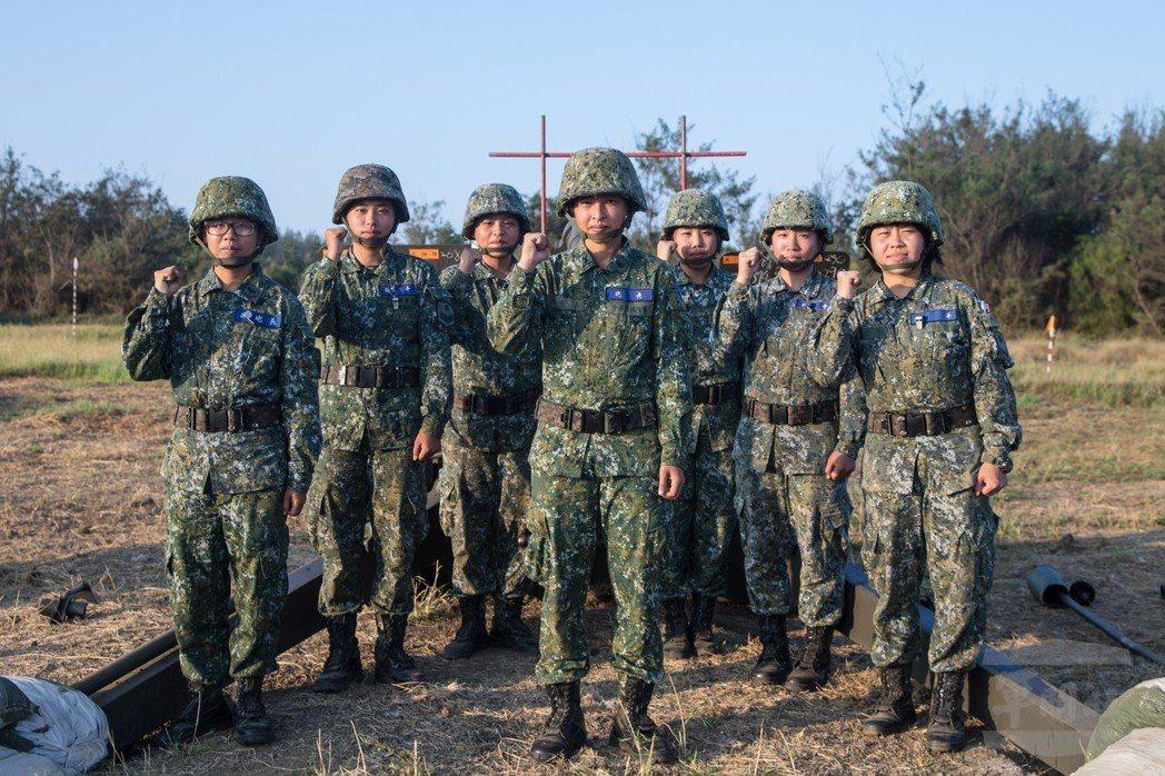 澎防部混砲營的「女生班」,由七位女性士官兵組成。圖/軍聞社