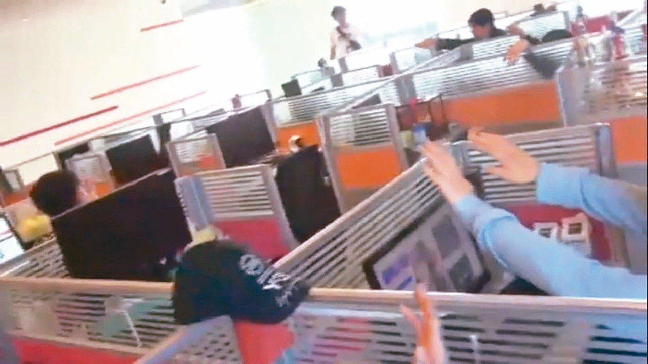 警方破獲剝皮酒店叩客機房,原以為是叩客妹,沒想到犯嫌都是男人。 記者李承穎/翻攝