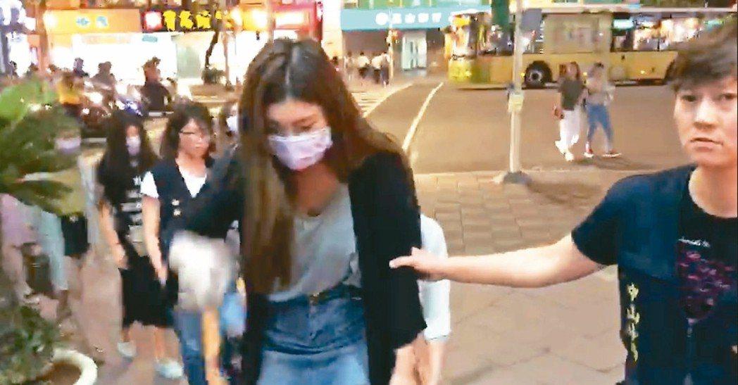 警方破獲叩客機房後,逮捕涉嫌配合演出的多名酒店女子。 記者李承穎/翻攝