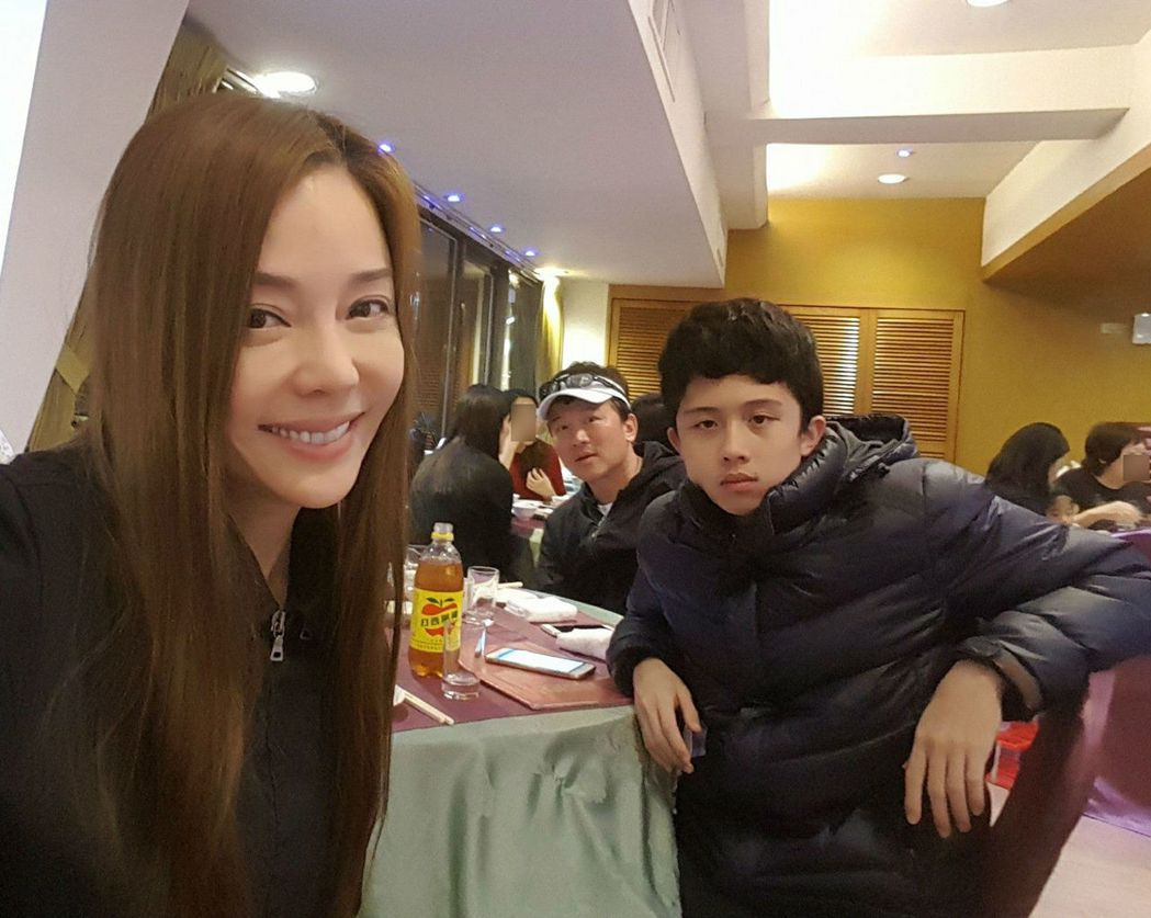 狄鶯(左)與孫鵬(中)、兒子孫安佐(右)合照。 圖/擷自狄鶯臉書