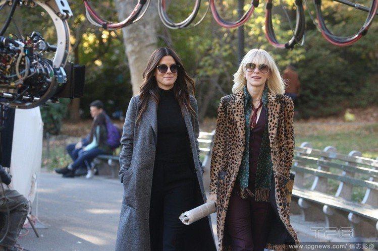 珊卓布拉克(左)和凱特布蘭琪在《瞞天過海》中都是戴大框墨鏡。圖/達志影像