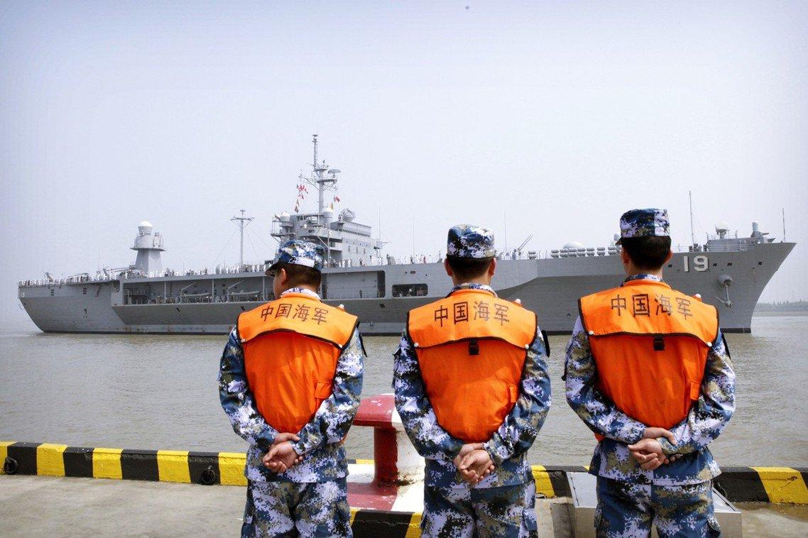 解放軍海軍士兵與美軍第七艦隊旗艦藍嶺號。 圖/美聯社