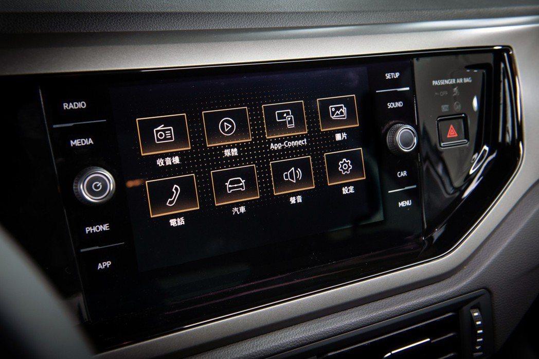 導入Composition Media 8吋影音資訊娛樂系統,並採用MIB GEN2 Advanced Tab 鏡面觸控面板技術。 台灣福斯汽車提供