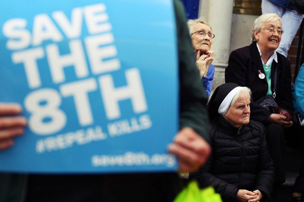 「守護憲法第八修正案!」1983年的憲法公投,是愛爾蘭爭議墮胎禁令的根本原因。 ...