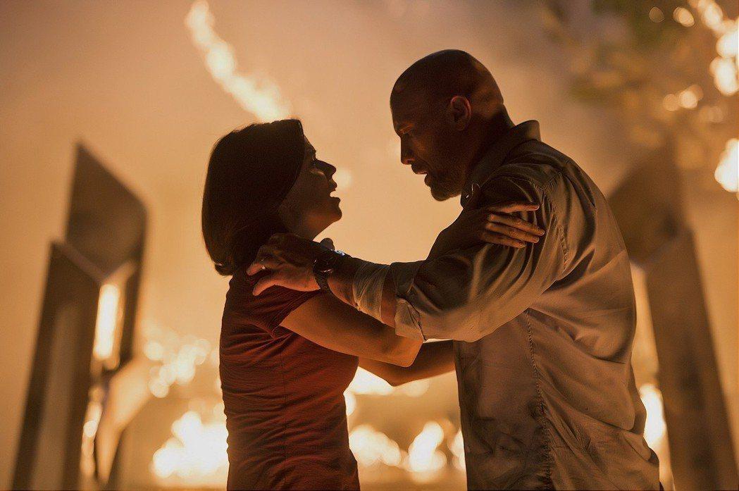 巨石強森在《摩天大樓》中要拯救受困於失火的摩天大樓中的妻女。 圖/環球影業