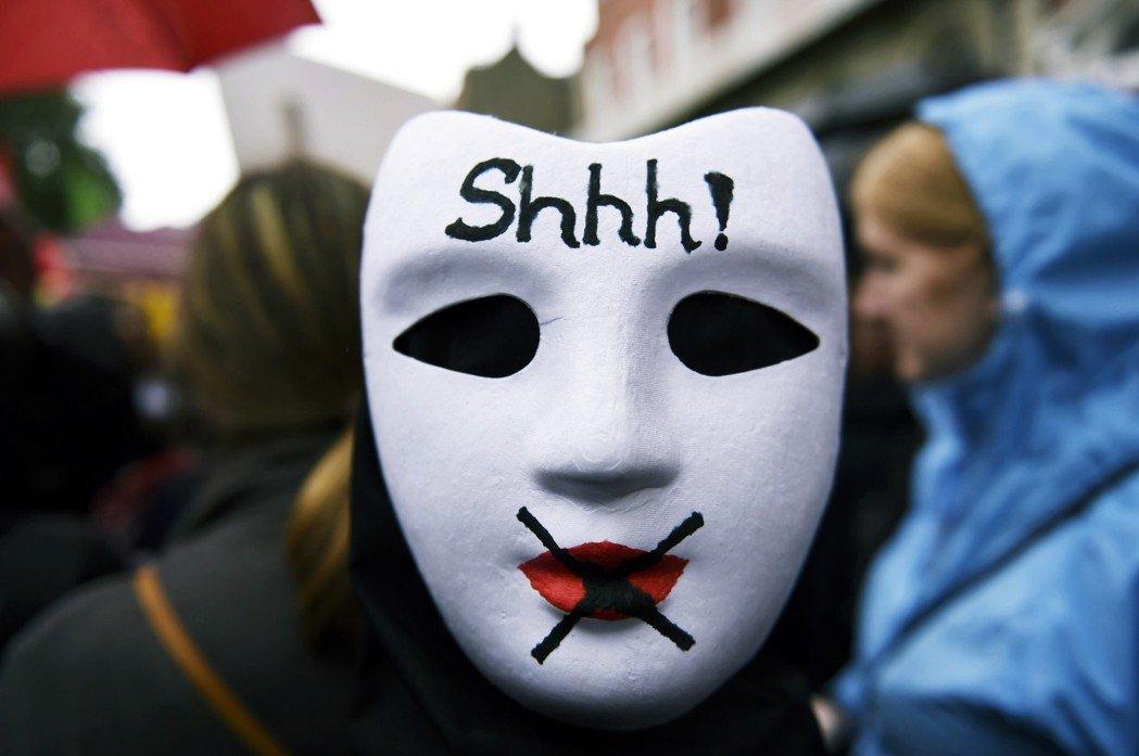 「噓!」愛爾蘭街頭諷刺墮胎禁令壓迫女性的面具。禁令下的荒唐悲劇,之後卻仍不斷上演...