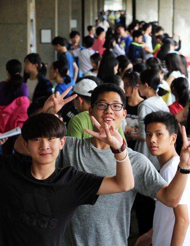 107年國中教育會考考生開心應試。 記者徐兆玄/攝影