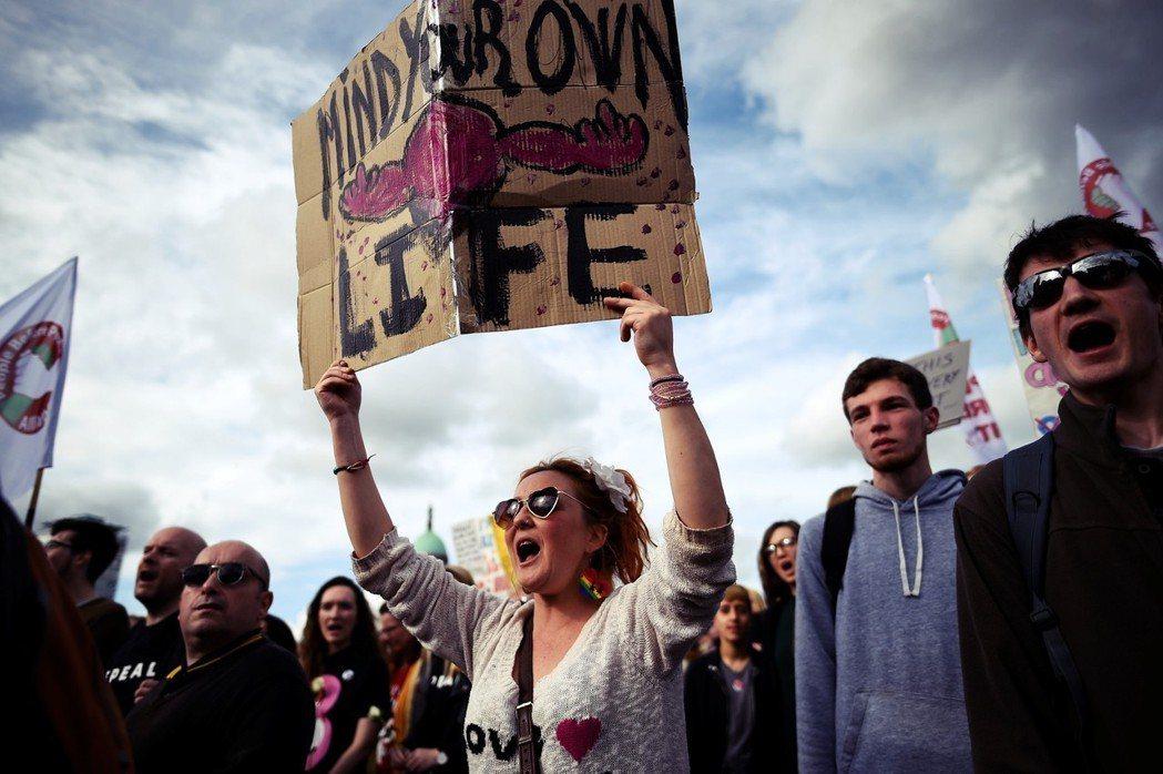 「你管好你自己的命就夠了!」女權團體強調,40.3.3條的憲法架構,迫使「懷孕生...