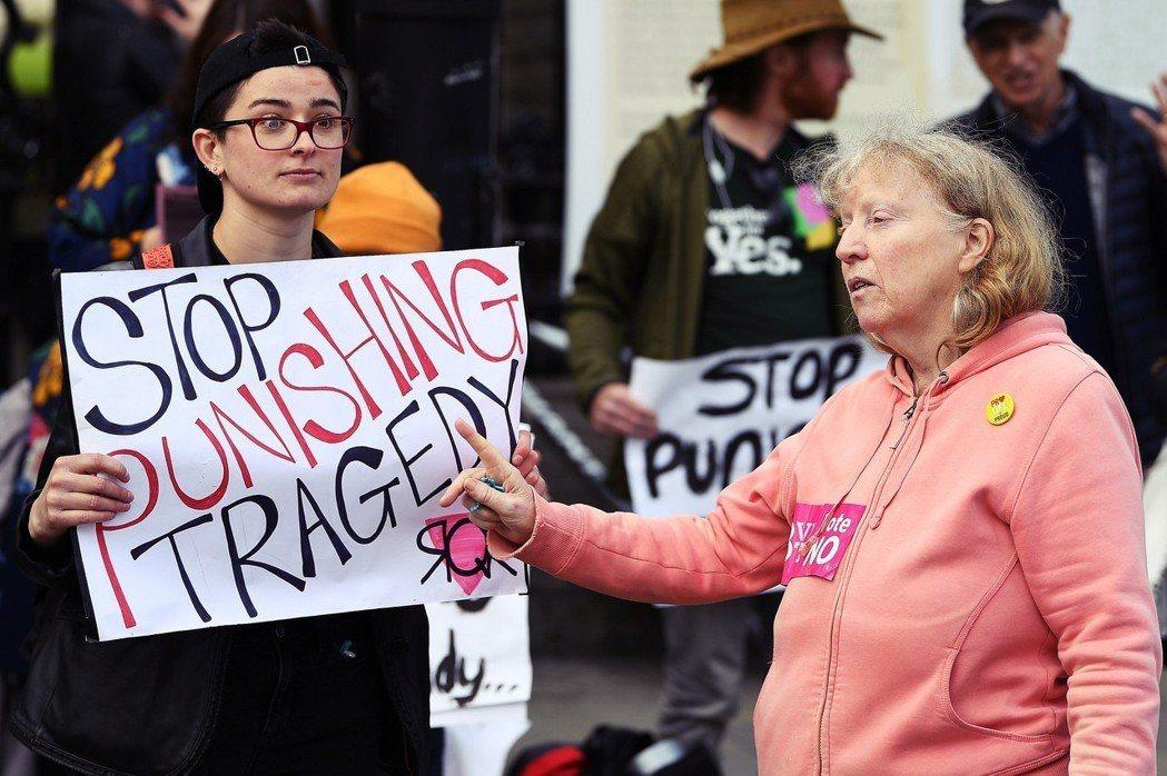 「停止懲罰性的悲劇!」當修憲支持派(左),對上了反對派(右),愛爾蘭會在生命權與...