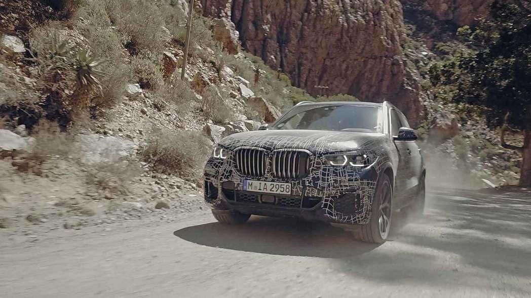 新世代BMW X5官方偽裝測試照正式揭曉。 摘自BMW