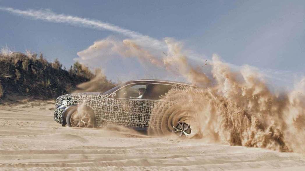 全新BMW X5跑到了沙漠進行測試。 摘自BMW