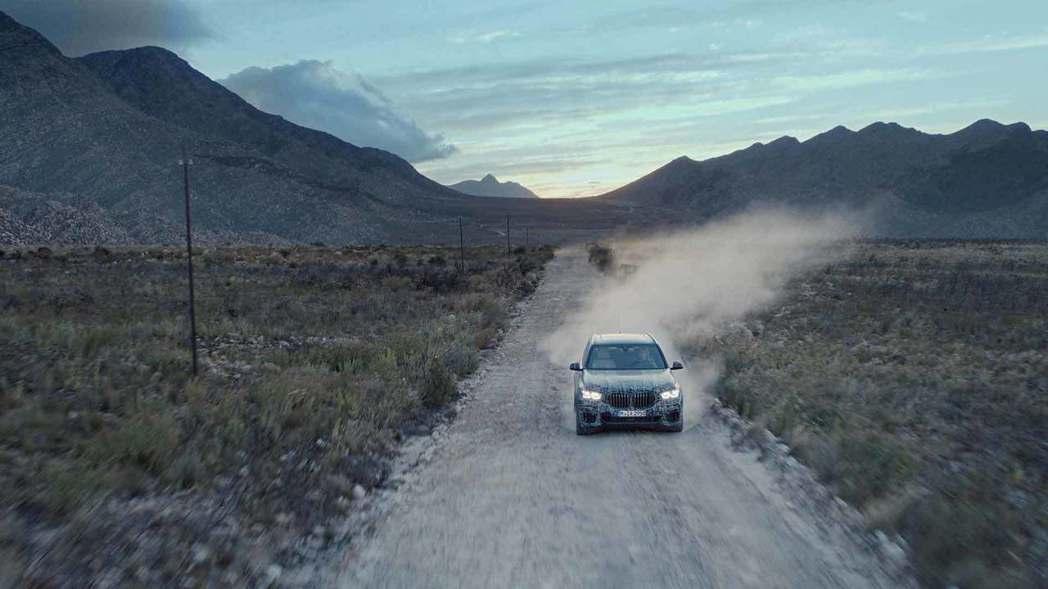 全新BMW X5也走過一條又一條的碎石地。 摘自BMW
