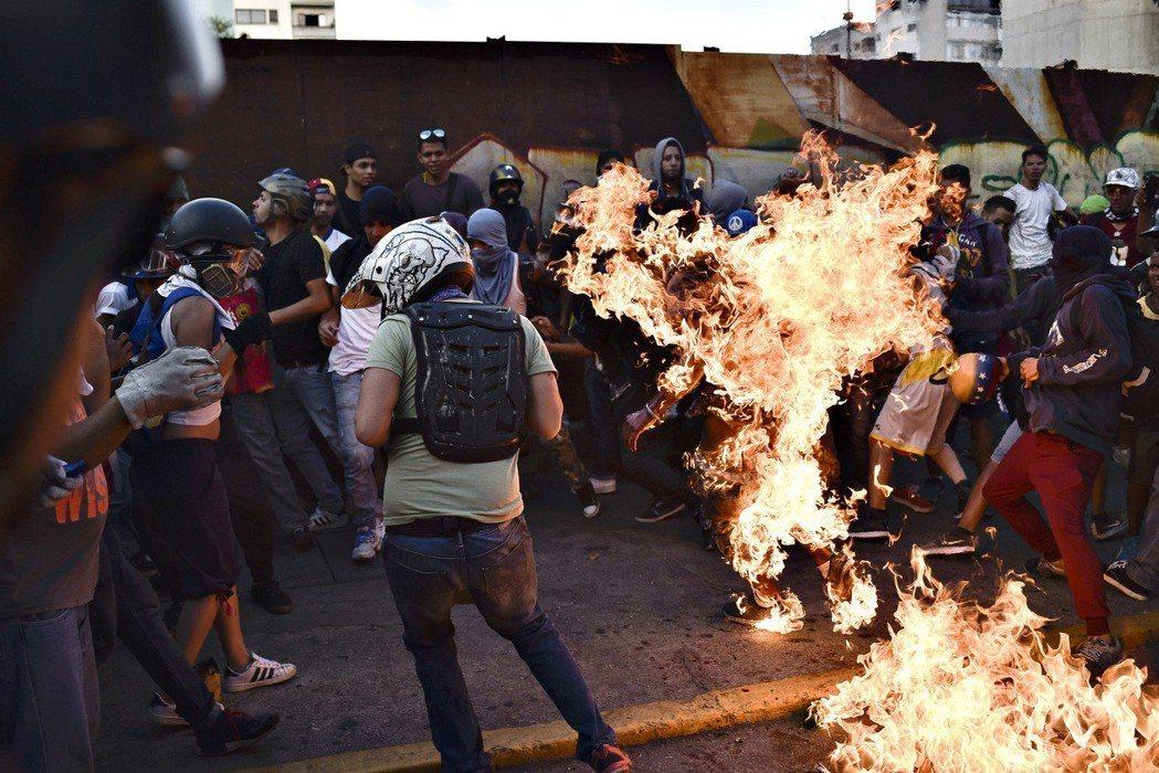 里普利發現,在這段期間,《紐約時報》總計報導33次發生在委內瑞拉的暴力行為,沒有...