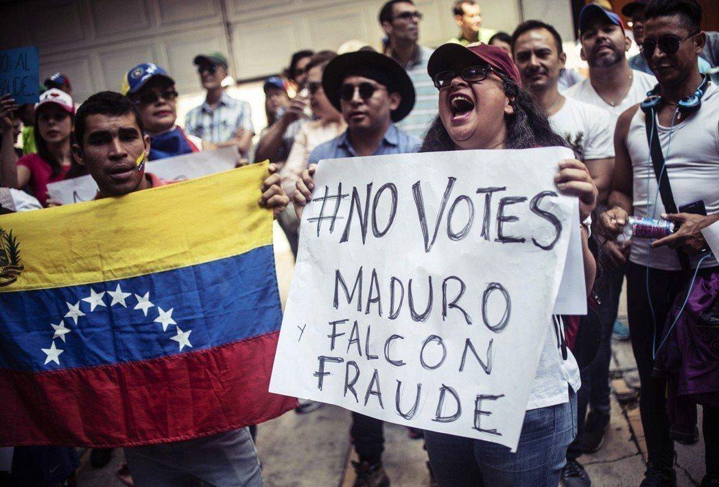 反對派的音量與意見,大多被MUD系統所壟斷。圖為墨西哥的委內瑞拉反對派僑民,高舉...