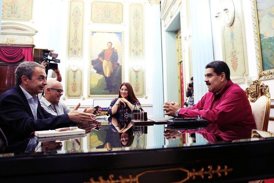 在西班牙前總理薩帕特羅(左)仲介下,委國朝野在多明尼加展開系列談判,馬杜羅(右)...